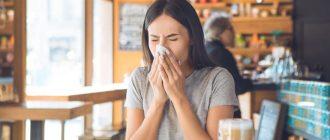 Девушка чихает в кафе