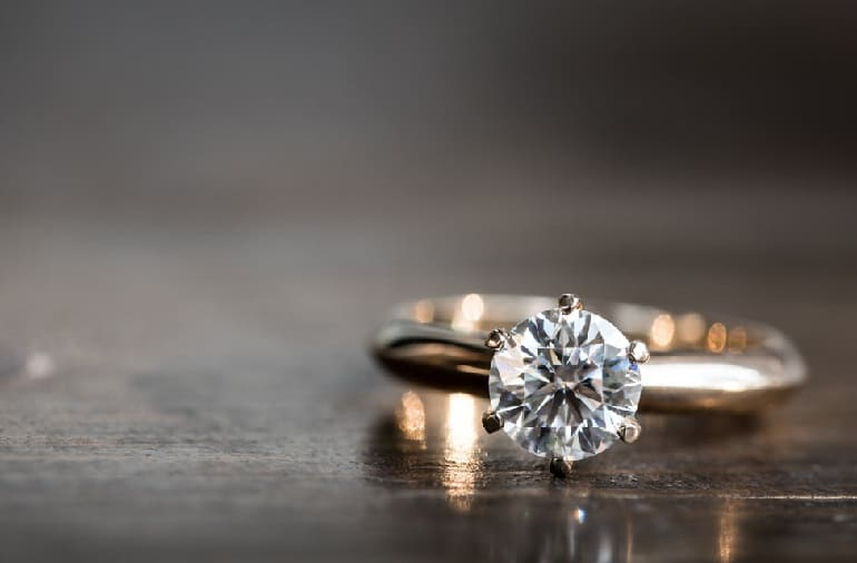 Кольцо на столе