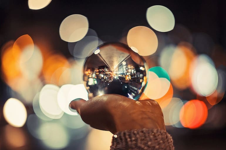 Хрустальный шар в руке