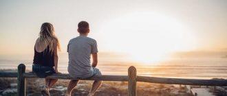 Девушка и парень смотрят на закат