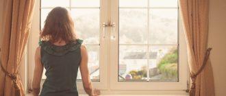 Женщина около окна