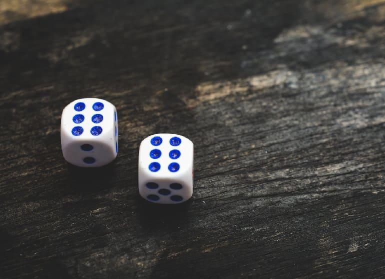 Два белых кубика с числами 6