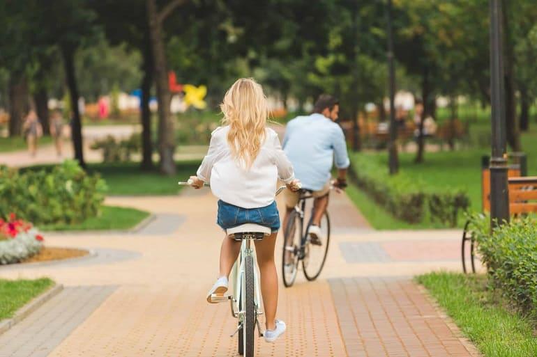 Мужчина и женщина на велосипедах